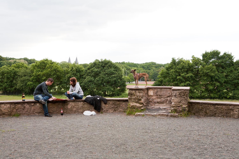 Paar und Hund im Park