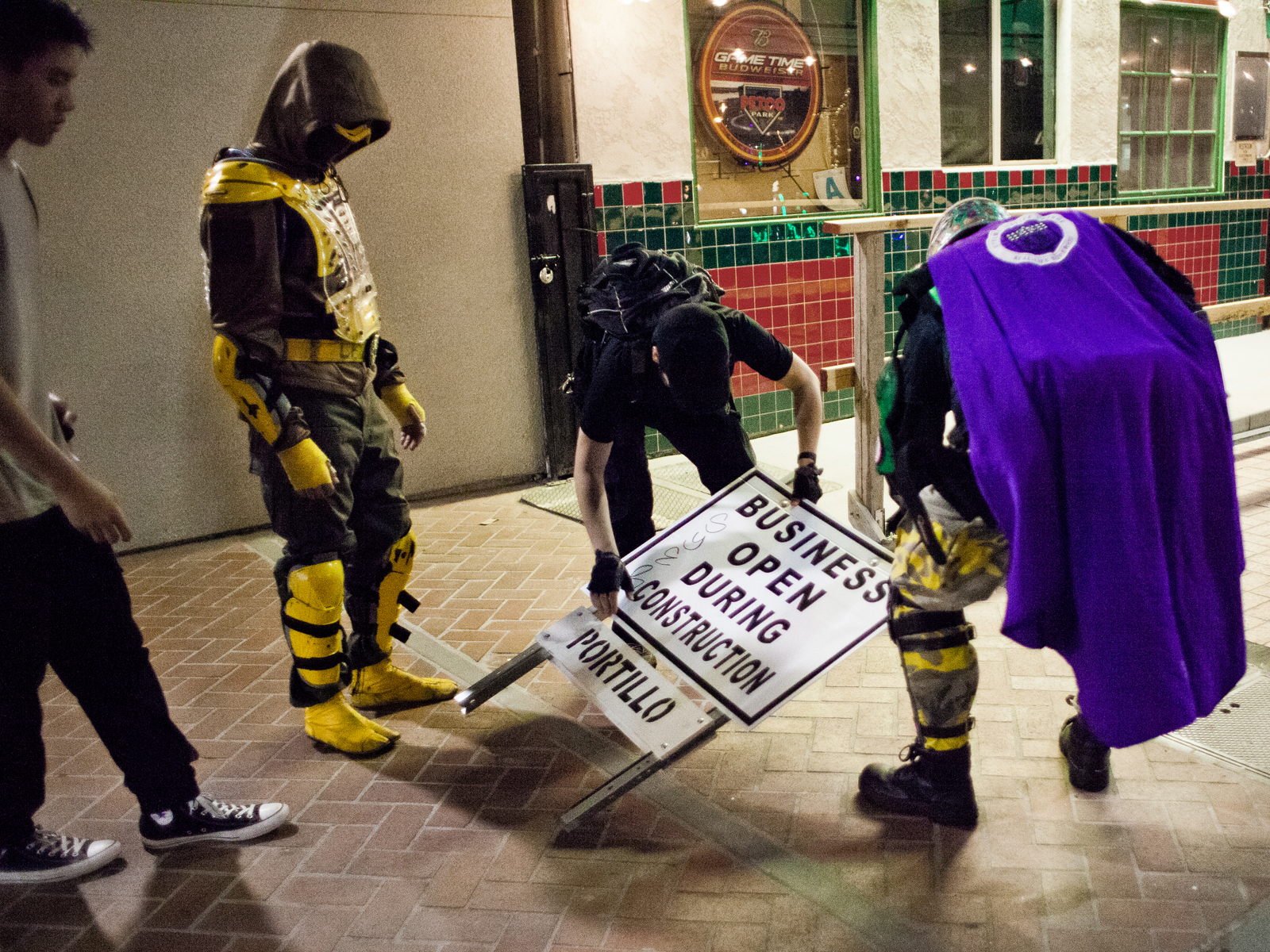 Most of the time, nothing mentionable happens during the nightly patrols in the gaslamp district. The most common tasks for the heroes are hence to dissolve bar fights and calling cabs for drunks. And sometimes, it is just about re-erecting a fallen over construction sign.