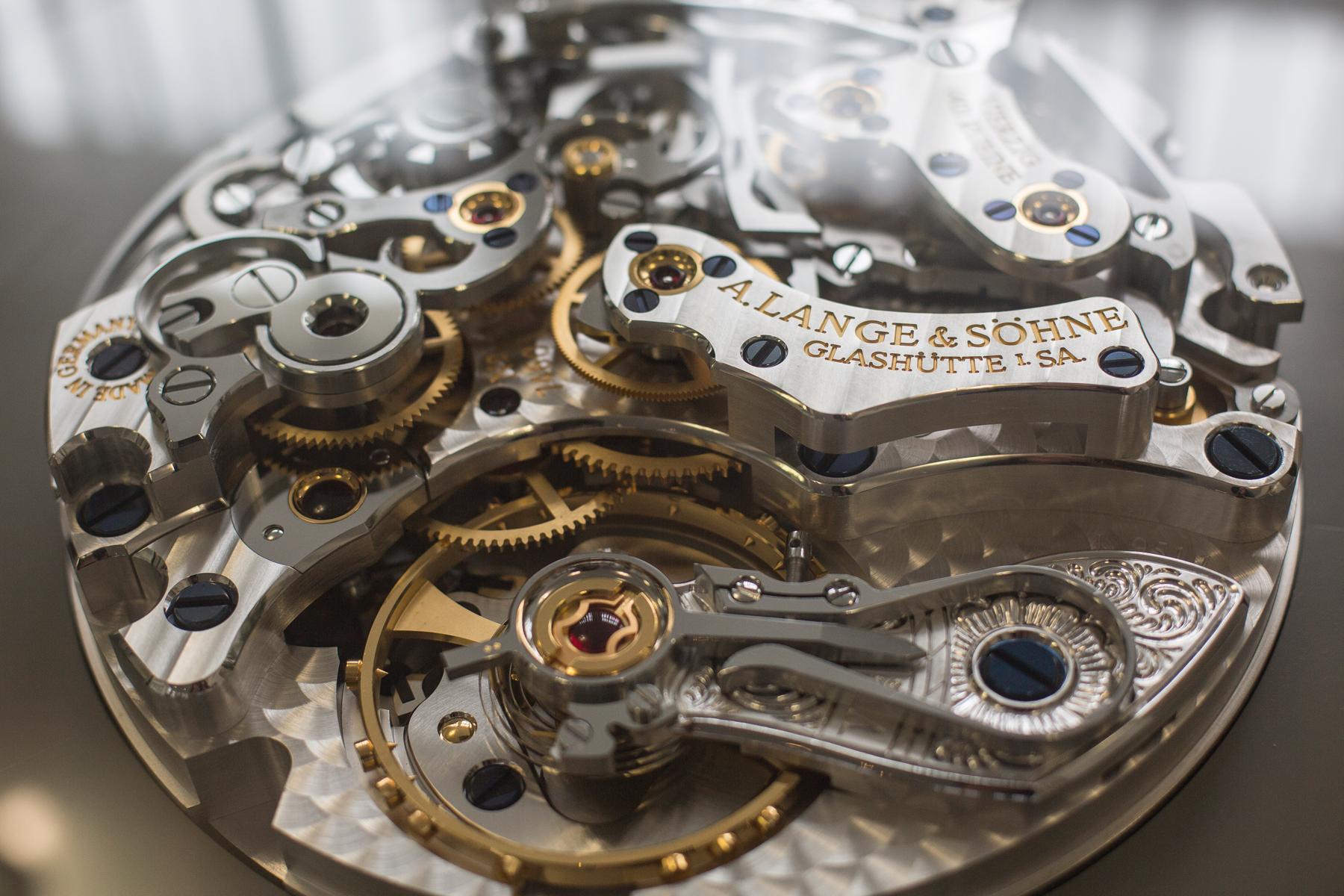 Grosses Uhrenmodell / Ausstellungsstueck im Vorraum von A. Lange und Soehne