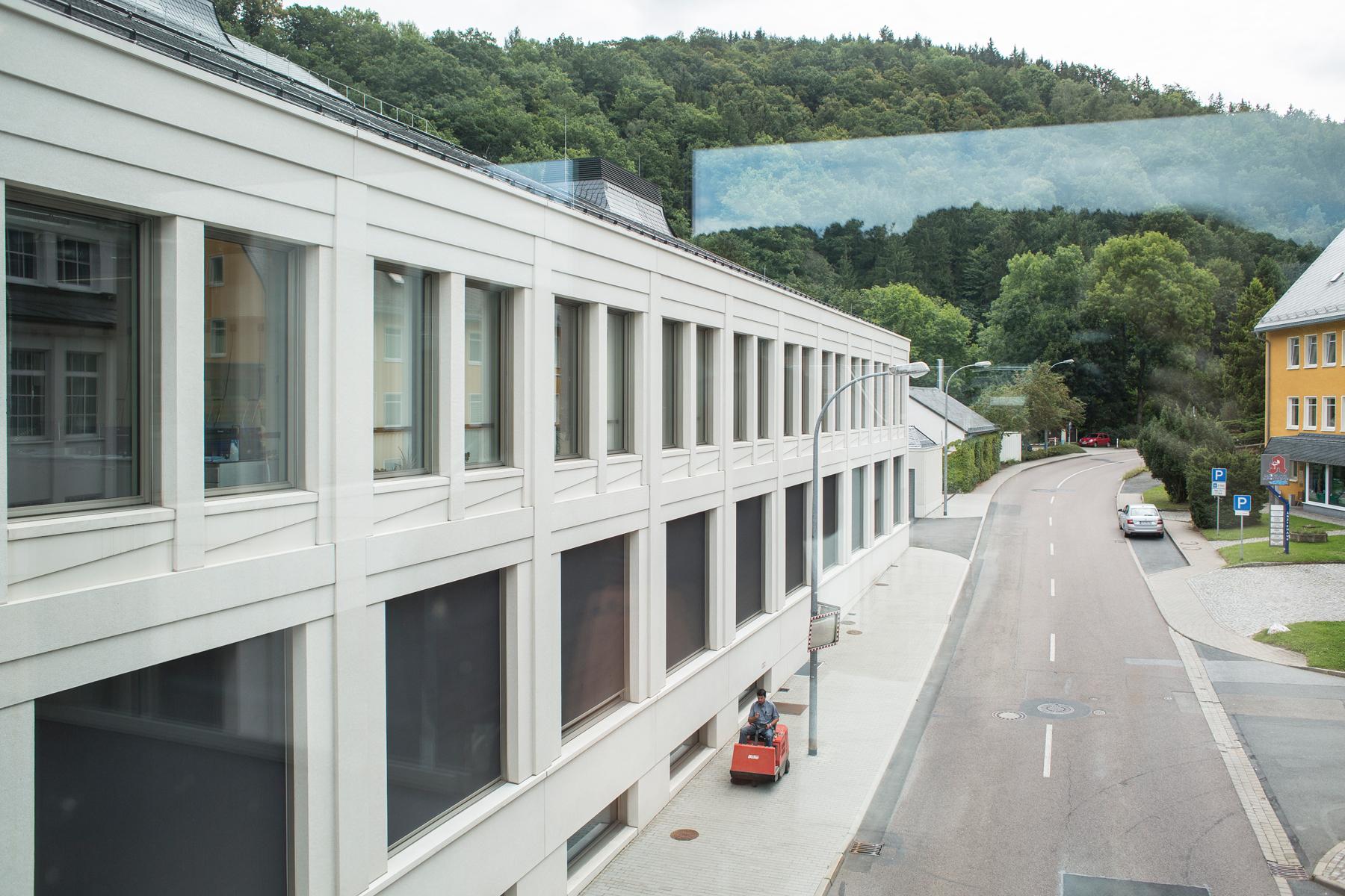 Blick vom Durchgang auf den Neubau von A. Lange und Soehne